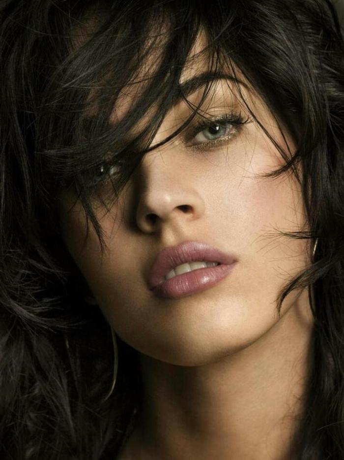 cheveux noirs, yeux bleus, rouge à lèvres lilas mat, look de tous les jours