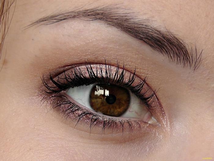 maquillage sur des yeux marron, cils soulignés, yeux marron, fard à paupières mauve