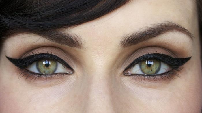 avoir les yeux de chat avec un eyeliner dramatique, yeux verts, accent sur le trait d'eyeliner noir