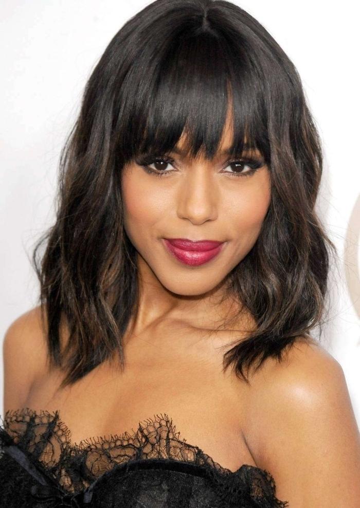 coupe de cheveux tendance femme aux cheveux dégradés mi longs avec frange droite et boucles naturelles