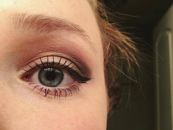 astuce maquillage de tous les jours, couche fine de mascara, eyeliner effet vintage