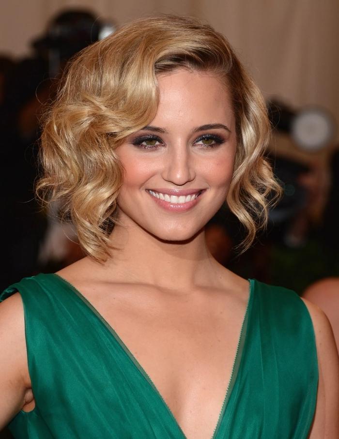 vision élégante en robe verte et une coupe de cheveux courts de couleur blond miel avec bouclés en dégradé
