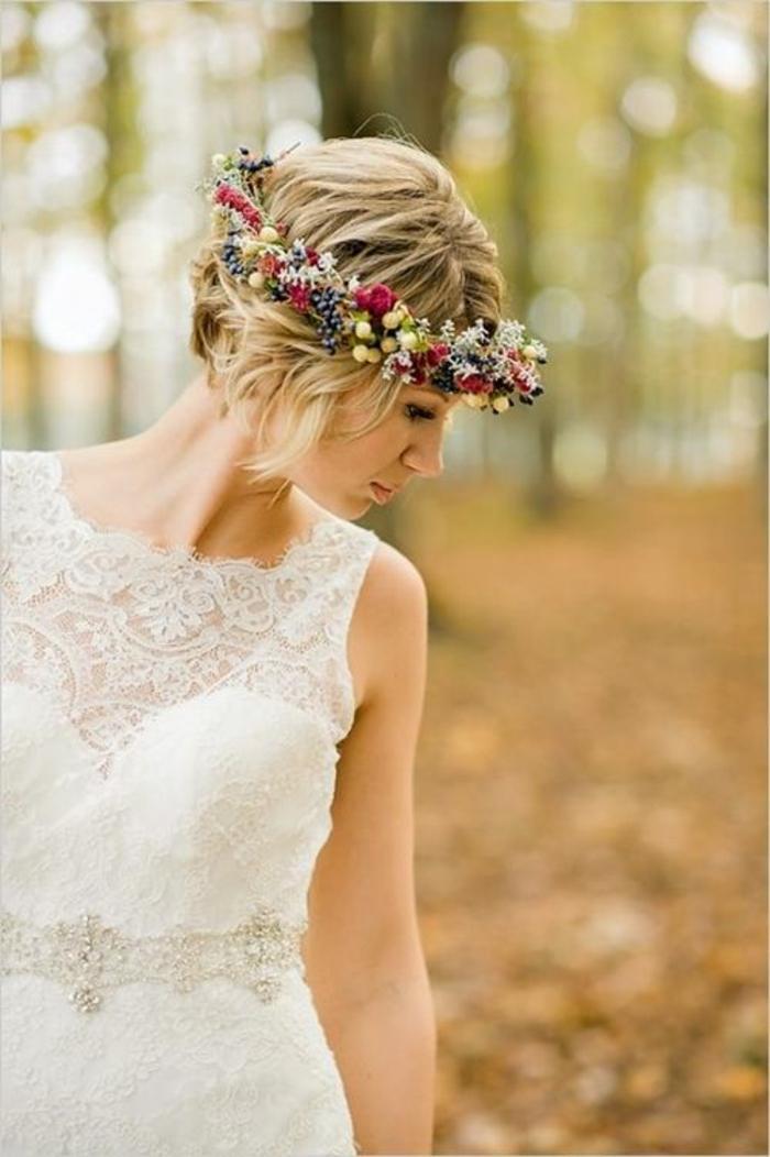coiffure mariage cheveux court, coiffure mariee, couronne de fleurs avec des fleurs des champs rouges et jaunes, coiffure mariage boheme