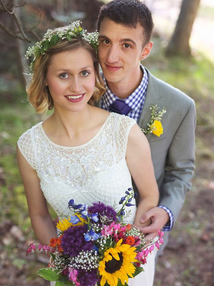 coiffure mariage boheme, coiffure cheveux court mariage, couronne de fleurs et de feuilles, coiffure mariage cheveux court