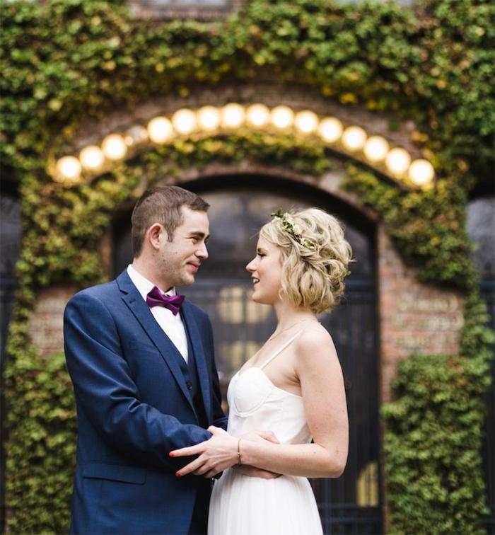 coiffure mariage cheveux mi long de carré court ondulé avec couronne de fleurs champetre, robe de mariée simple à bretelles fines