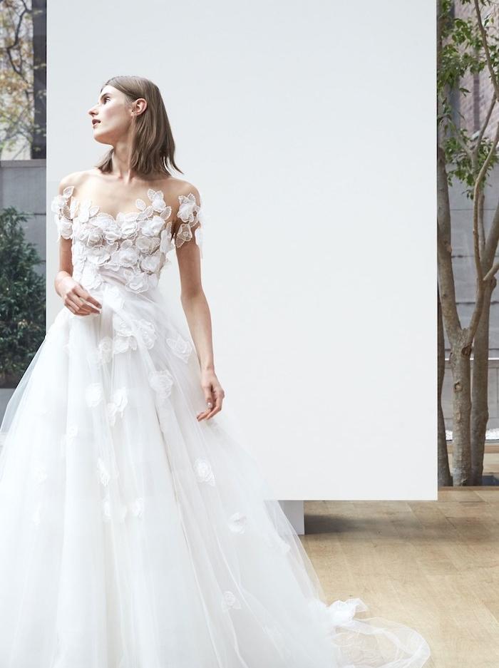 idée de robe de mariée originale avec un corsage de feuilles blanches et une jupe en tulle et fleurs brodées