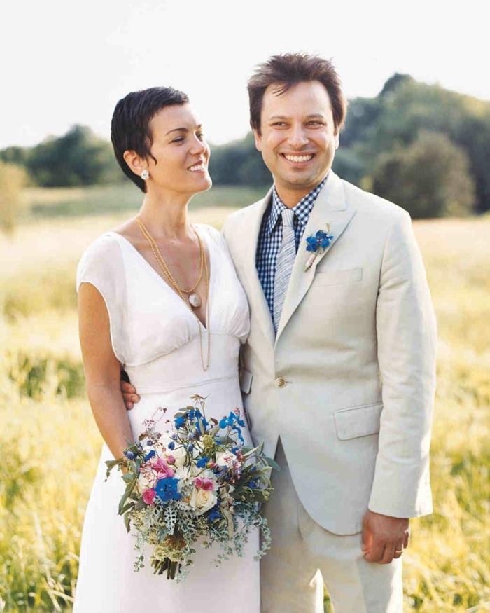 coiffure mariage boheme, coiffure femme mariage cheveux non accessoirisés, boucles d'oreilles pierres blanches, médaillon ovale chaîne jaune