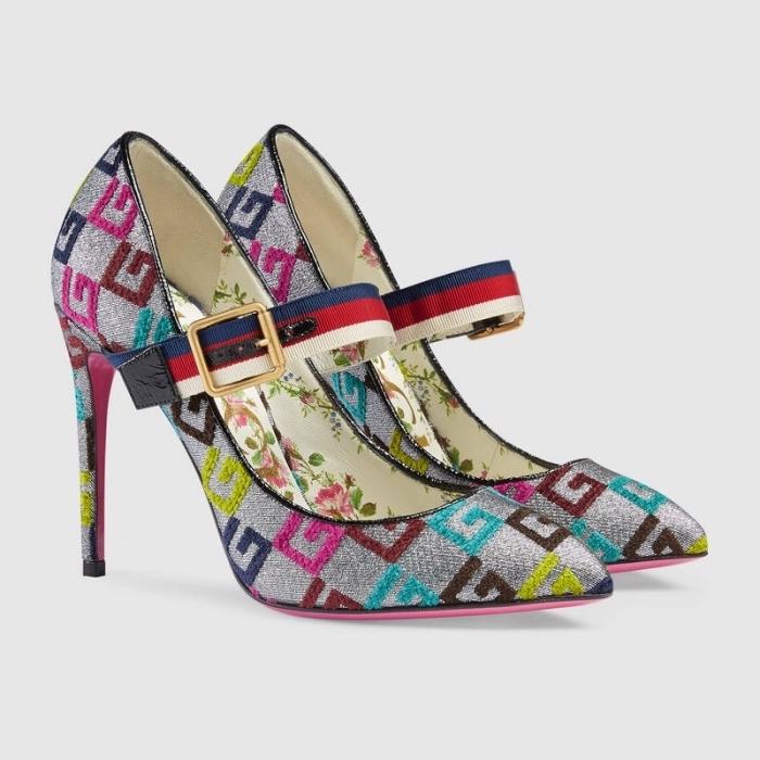 modèle magnifique de chaussures à talons hauts à design glitter gris avec décoration en formes de lettres G colorées
