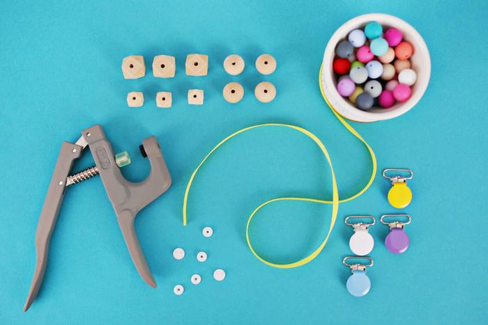 apprenez à réaliser une attache tétine bois avec des perles de bois rondes et géométriques de couleurs vitaminées