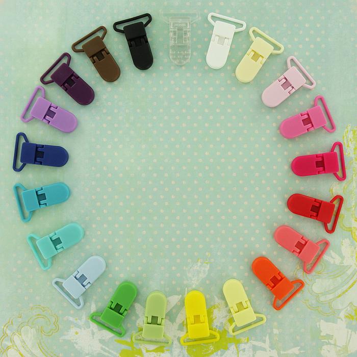 une pince clip attache tetine en plastique déclinée en couleurs variées pour réaliser son propre modèle personnalisé d'attache tétine