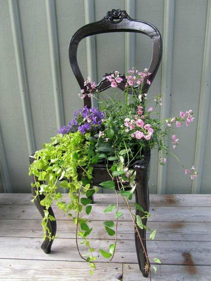 idee amenagement jardin devant maison, jardin deco, amenagement exterieur, decorer son jardin, chaise en bois de récupération porte-plante
