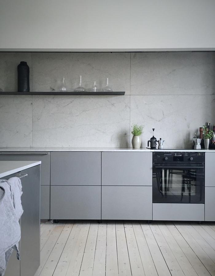 la sombre élégance d'une cuisine moderne grise de style scandinave avec des étagères ouvertes noires