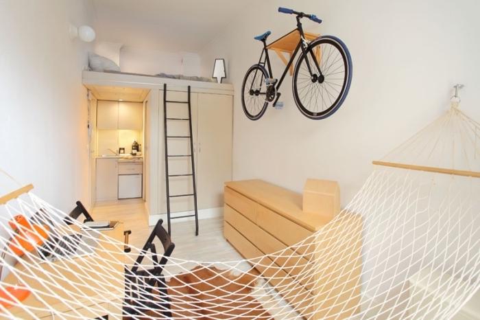 aménagement studio 25m2 pour étudiant, murs blancs et meubles de bois pour agrandir visuellement l'espace