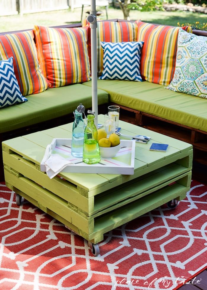 banquette en palette facile à faire en palettes marron et coussin d assise vert pistache, coussins décoratifs et table basse verte