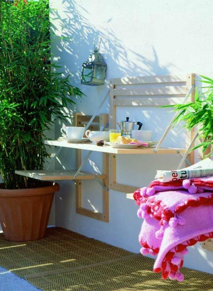 accessoires muraux pour le jardin, plante verte dans un grand pot, lanterne en métal blanc accrochée au mur, meubles pliables, amenagement jardin