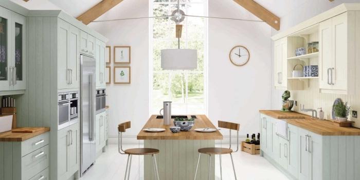 déco de style campagne et rétro avec meubles de bois peints en vert pastel aux finitions bois stratifié marron