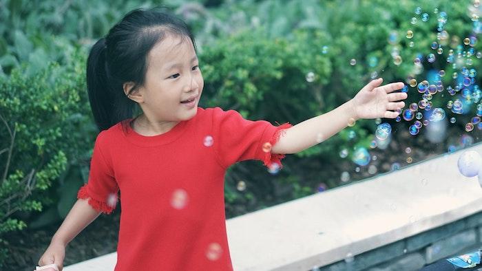 Idée coiffure facile coupe carré petite fille coupe de cheveux pour enfant queue de cheval cheveux longs