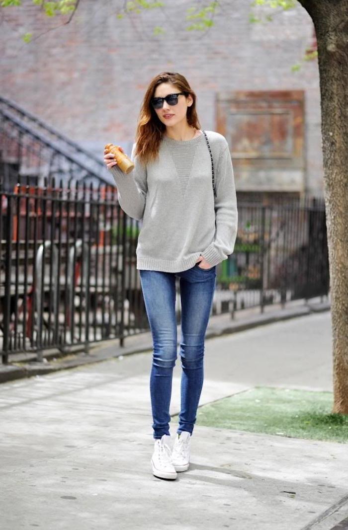 Basket femme habillé style décontracté chic jean bleu blouson chaussures blanches femme idee tenue simple