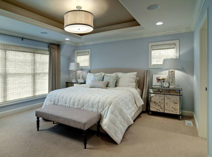 sol beige dans une chambre à coucher, fenêtre du plafond au sol, faux plafond