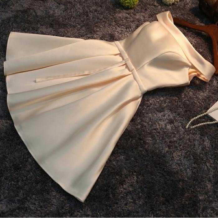 exemple de tenue ceremonie femme en une matière satinée, robe corolle élégante