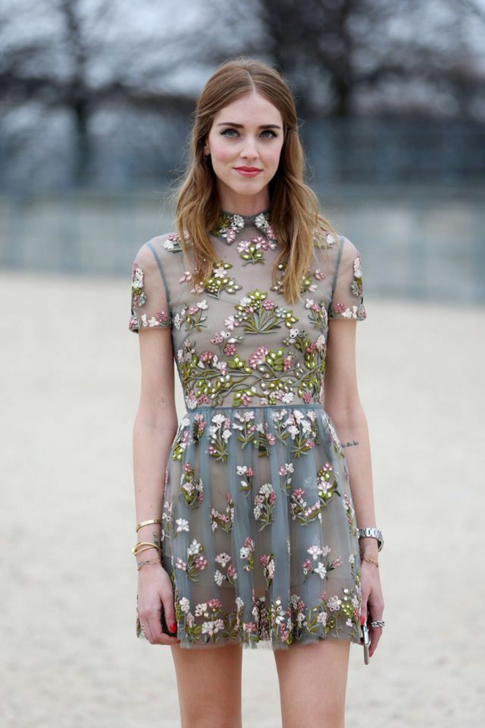 design de robe de gala courte, robe en tulle avec jolies broderies florales, manches courtes