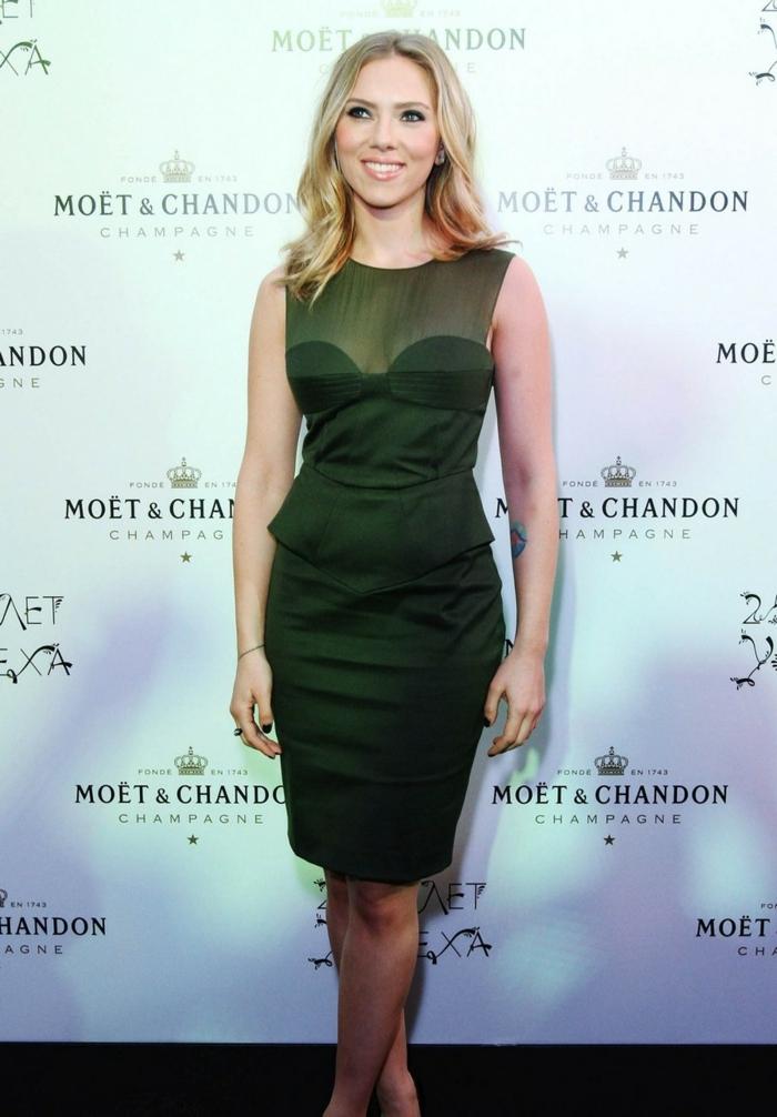 Scarlett Johansson avec une robe femme habillée, verte, décolleté en tulle