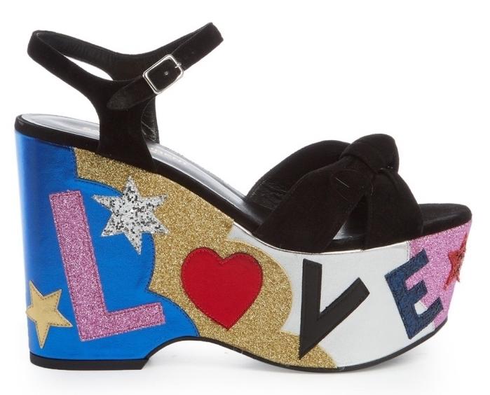 exemple de chaussure moderne ultra chic à design compensée avec lacets noirs et décoration glamour en glitter