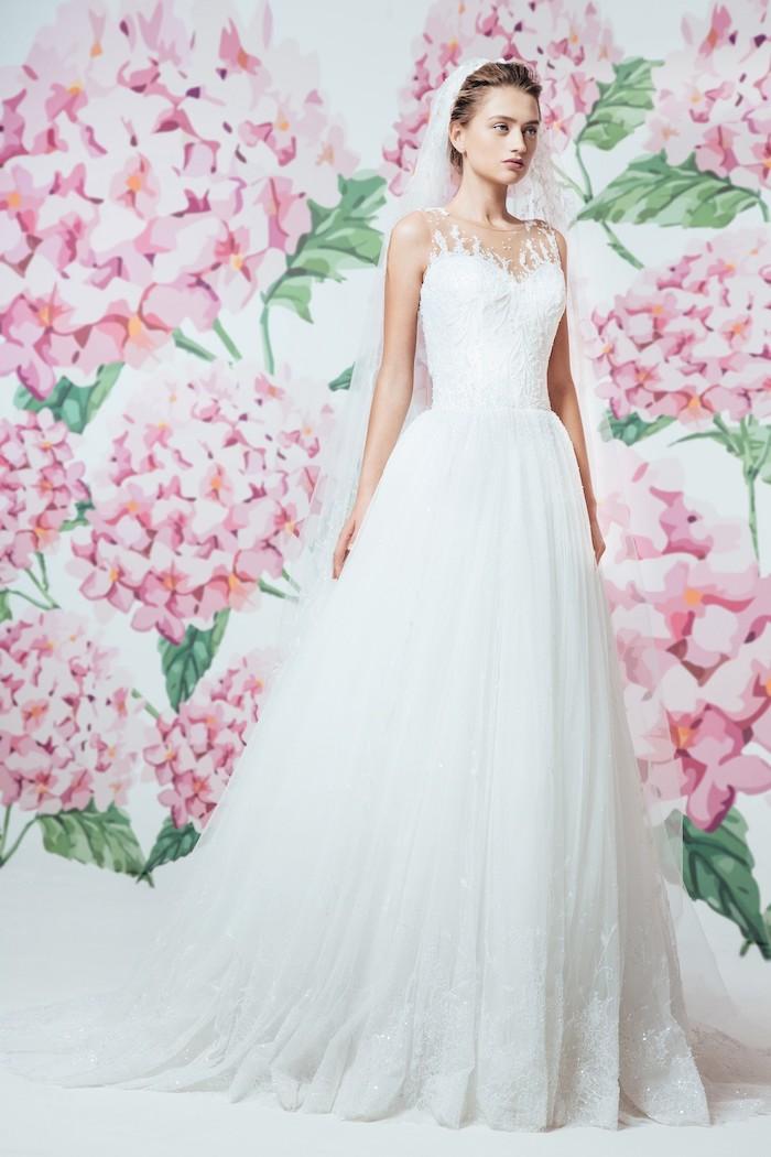 les plues belles robes de mariée avec jupe blanche légèrement évasée et bustier à motifs relief blanc, voile en dentelle