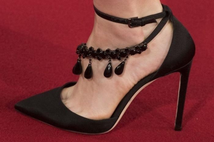 comment choisir sa chaussure a la mode de couleur noir, modèle de chaussure à talon haut avec lacets et déco à design bijoux en perles