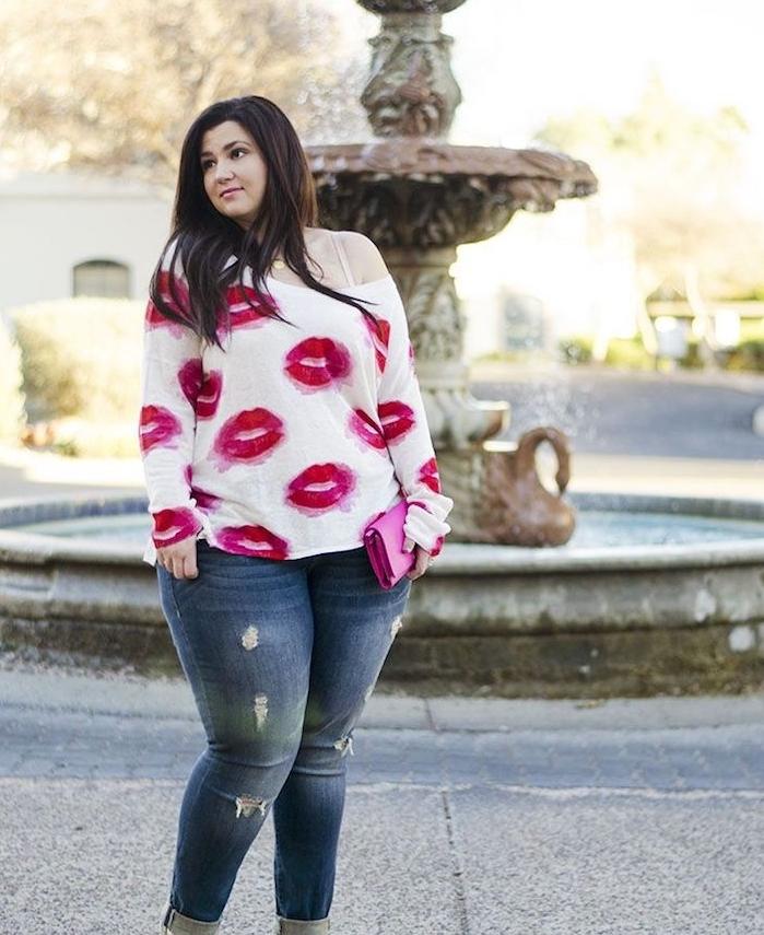 blouse femme à motif rouge à lèvres rouge, pantalon jean avec pochette rose, mode pour femme ronde, tenue décontractée