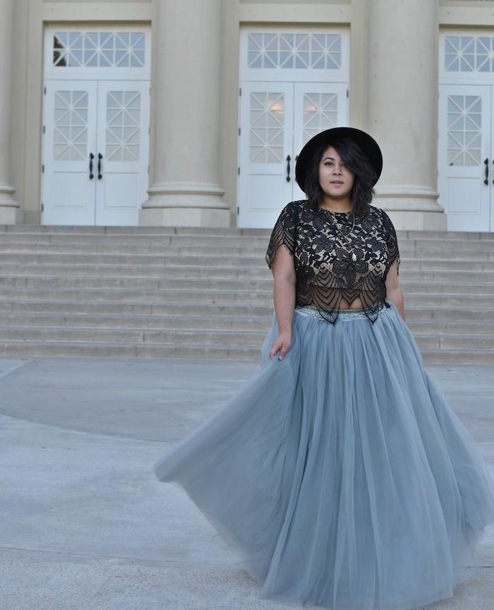 modele de vetement grande taille femme moderne avec une jupe évasée gris en tulle, chemise sans manche noire dentelle et chapeau noir