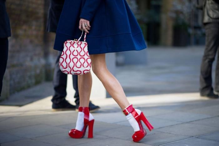 choisir une paire de chaussure a la mode, idée vision chic en manteau bleu foncé combiné avec accessoires en blanc et rouge