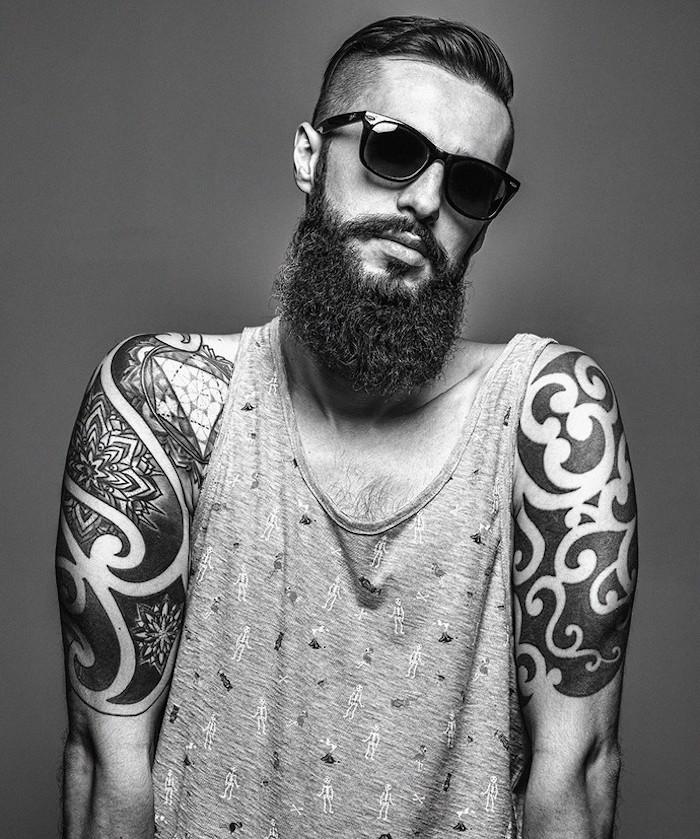 type de barbe longue facon hipster avec dégradé sur le haut et coupe pompadour avec cotés courts