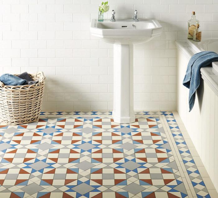 déco salle de bain carrelage géométrique bleu blanc rouge style antique