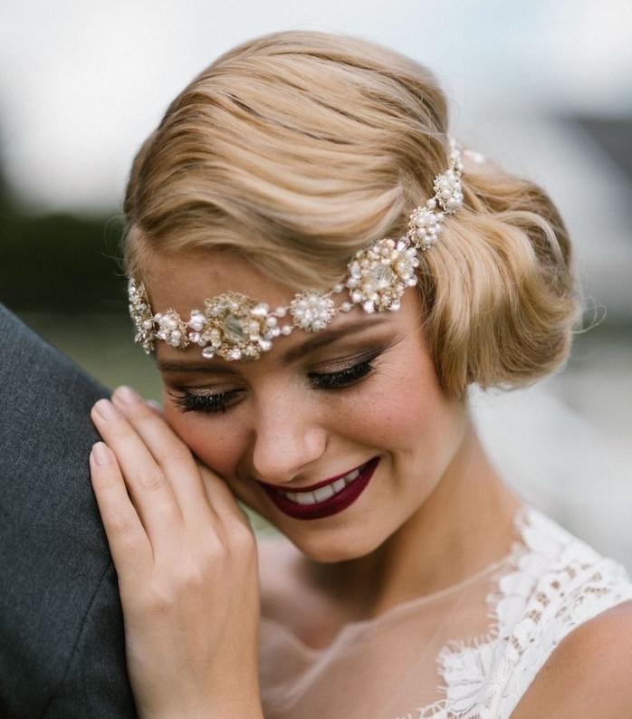 exemple de coiffure mariage cheveux court avec serre tête bijou de perles à motifs floraux, boucles retro chic et mèche de coté
