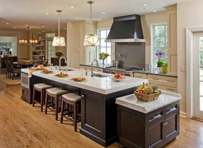 cuisine ilot central en matériaux contrastants, sol en bois, tiroirs en couleur crème