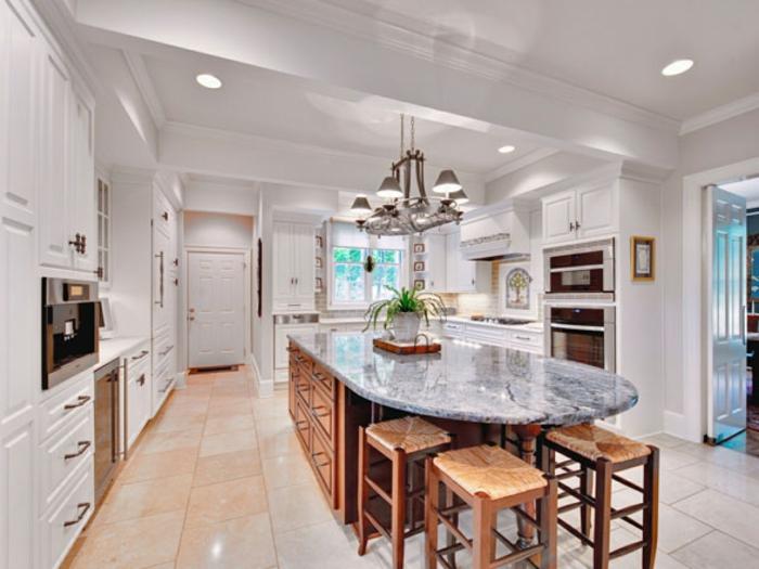 ilot de cuisine en bois et granit ou marbre, ilot central cuisine, plafond sous pente, rangement blanc, carrelage rose