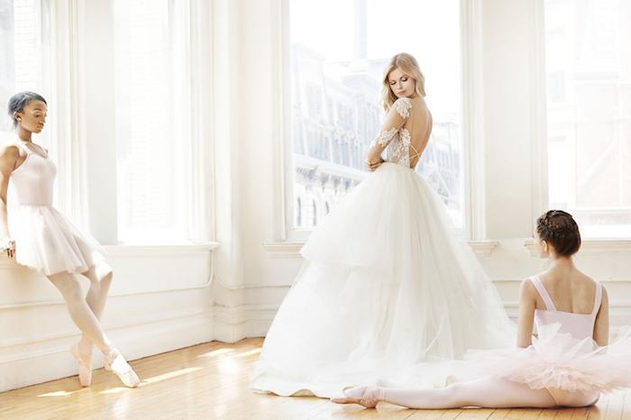 idée de robe de mariée princesse avec une jupe longue en tulle et top en fleurs de dentelle, dos nu