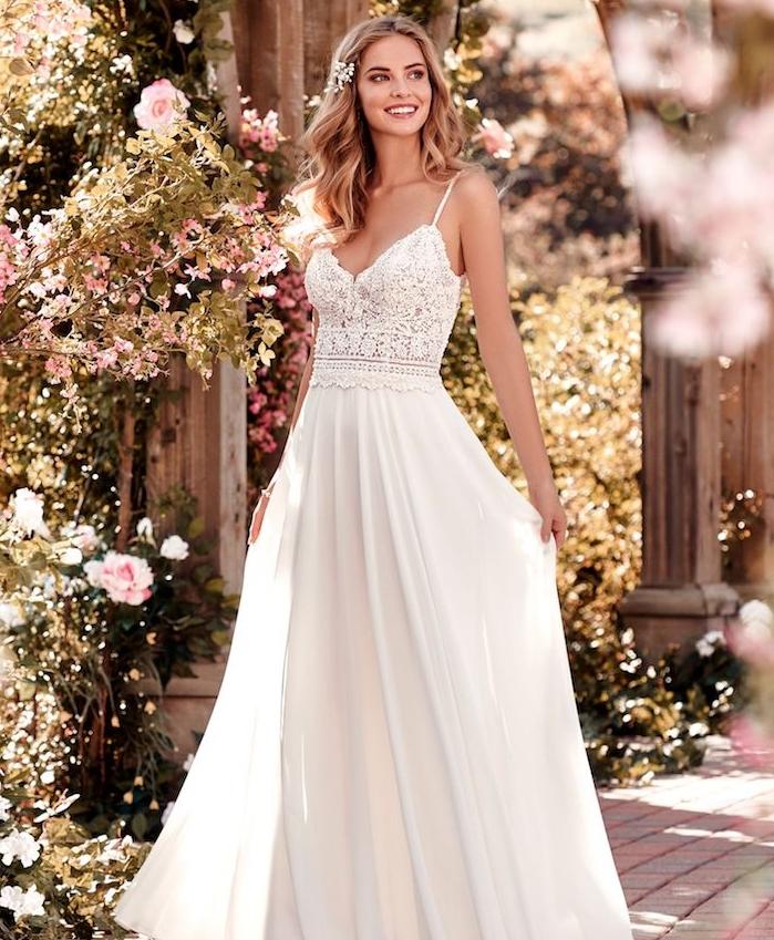 exemple de robe de mariée bohème choc avec bustier en dentelle et jupe coupe droite, cheveux accessoire bijou