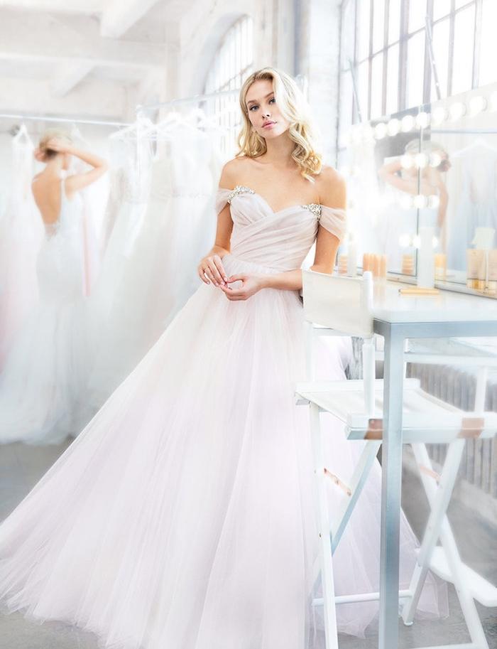 robe de mariée princesse teintée de rose clair avec un top plissé avec bretelles tombantes et jupe en tulle