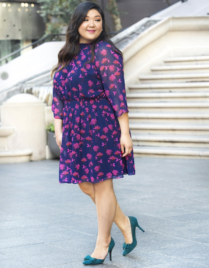 exemple de robe pour femme ronde en bleu à motifs mave, chaussures bleues, cheveux chatain foncé sur le coté