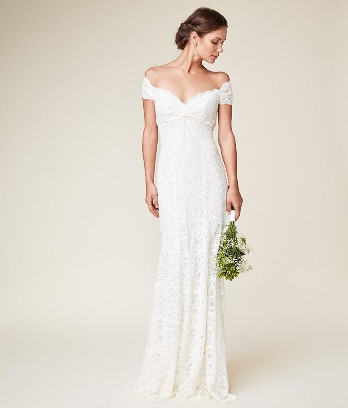 modèle de robe mariée dentelle avec des épaules tombantes et coupe droite style champetre chic