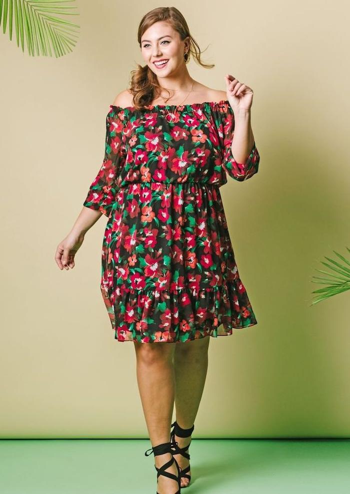 robe femme ronde chic pour l été, imprimé floral, chaussures sandales noires, queue de cheval boheme sur le coté