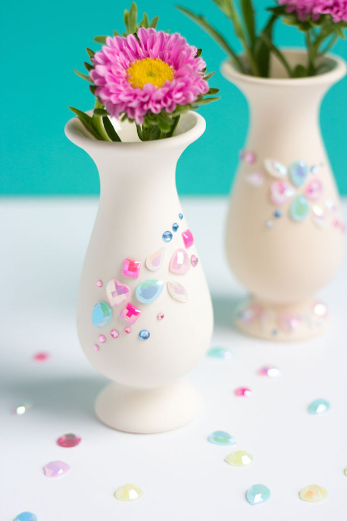 customiser un vase blanc avec strass, pierres autocollantes avec une fleur dedans, idée de bricolage fête des mères maternelle
