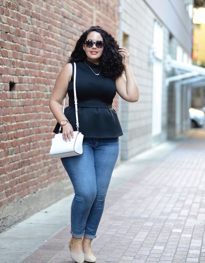 exemple comment s habiller quand on est ronde, top femme noir, pantalon jean et sac à main blanc, lunettes de soleil