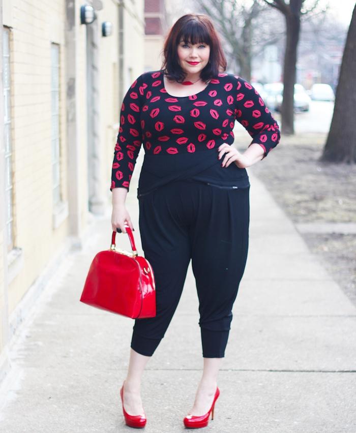 idée de blouse femme noir à imprimé lèvres femme et pantalon noir, chaussures à talon rouges, et sac à main rouge