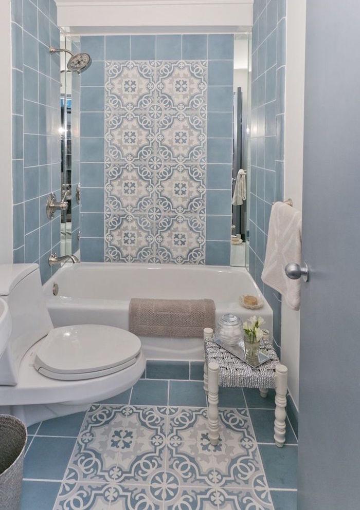 carrelage salle de bain modele graphique style fer forgé blanc et bleu clair