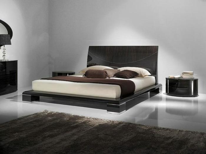 orentation lit feng shui convenable, lit plateforme, petits chevets noirs, sol lisse et paraîssant luxueux