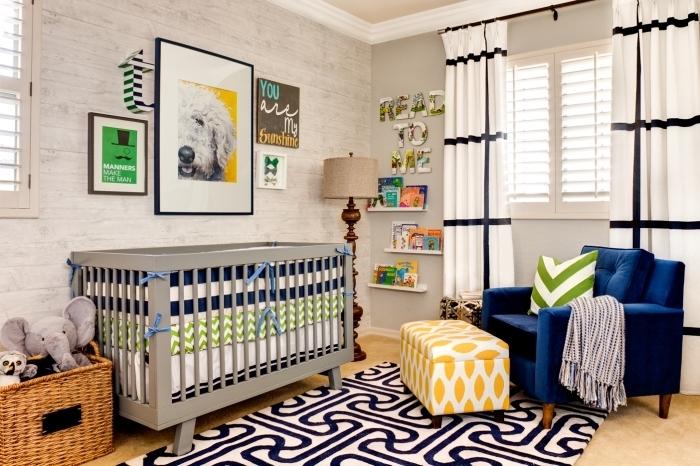 modèle de chambre bébé mixte aux murs beige et pan de mur en papier peint design briques blanches avec plafond beige