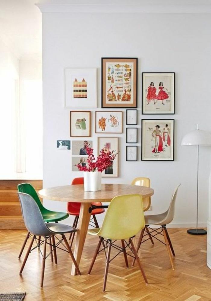 deco mural, tableaux colorés, décoration murale chambre, deco photo, idee deco mur, pièce aménagée en couleurs vives, chaises en plastique en couleurs diverses, parquet en bois beige